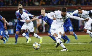 Olivier Giroud tirant le penalty de la victoire, lors du match Islande-France à Reykjavik, le 11 octobre 2019.