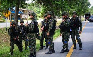 Des soldats thaïlandais en faction après les explosions meurtrières dans des stations balnéaires