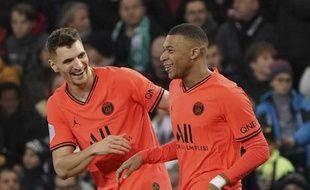 Thomas Meunier et Kylian Mbappé sereins et heureux, à l'image de toute l'équipe du PSG ce dimanche à Saint-Etienne.