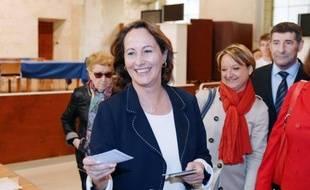"""L'ancienne candidate socialiste à la présidentielle, Ségolène Royal, a voté dimanche à la mi-journée à La Rochelle, assurant que, """"bien sûr, on y croit""""."""
