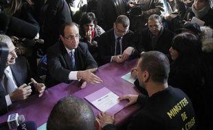 """Le candidat PS à l'Elysée François Hollande s'est rendu mercredi à Paris au """"ministère de la crise des banlieues"""", installé par le collectif AC-LEFEU dans un hôtel particulier du IV arrondissement, affirmant qu'""""aucun territoire ne doit être délaissé, aucun citoyen ne doit être abandonné""""."""