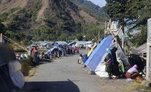 Des personnes touchées par le séisme à Lombok s'abritent dans des tentes, le 6 août 2018.