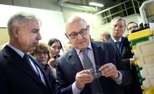 Le ministre des Finances, Michel Sapin, lors d'une visite le 23 février 2015 à Bazainville, à l'ouest de Paris, dans la société Krys, bénéficiaire du Crédit d'impôt compétitivité emploi (CICE)