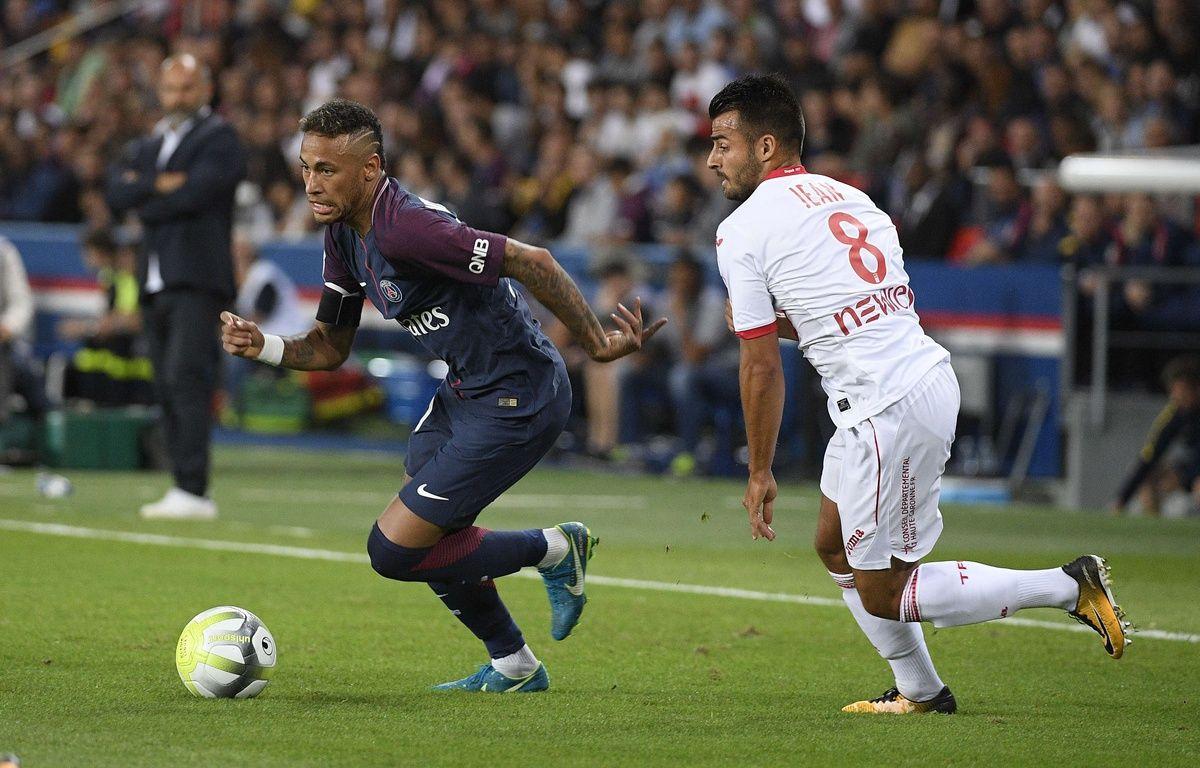 Neymar a tenté (et réussi) une «lambretta» sur Corentin Jean lors de PSG-Toulouse (6-2), le 20 août 2017.  – CHRISTOPHE SAIDI/SIPA