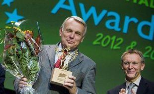 Le maire de Nantes, Jean-Marc Ayrault, reçoit le prix de Capitale verte européenne, le 21 octobre 2010 à Stockholm.