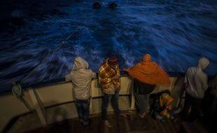 Des migrants soudanais et bengali à bord d'un bateau de secours de l'ONG Open Arms.