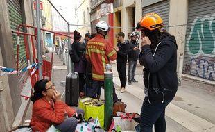Une mère et sa fille discutent après avoir pu entrer dans leur appartement rue Jean-Roque à Marseille