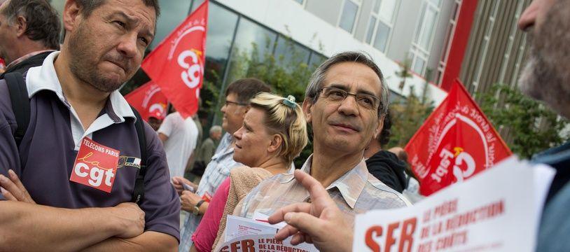 Des syndicats de SFR manifestent en 2016 après l'annonce du plan de départs volontaires.