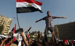 """Des milliers d'Egyptiens manifestaient mardi au Caire pour dénoncer le """"coup constitutionnel"""" des militaires au pouvoir, qui viennent de s'octroyer de vastes prérogatives leur permettant de rester aux commandes quelle que soit l'issue de l'élection présidentielle."""