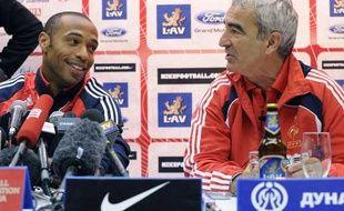 Thierry Henry et Raymond Domenech en conférence de presse à Belgrade (Serbie), mardi 8 septembre 2009, à la veille d'un match décisif pour la qualification au mondial 2010.