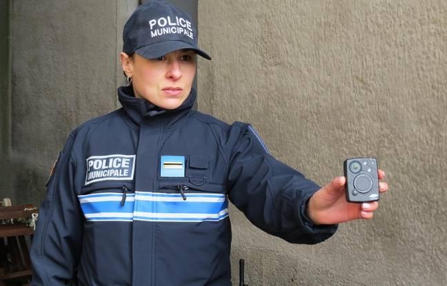 Un policier municipal présente une caméra-piétons.