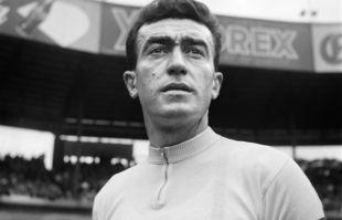 Louison Bobet, le 3 juillet 1955, lors d'une course sur piste au Parc des Princes, à Paris.