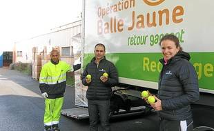 Quelque 52 000 balles vont être recyclées en revêtement pour terrain de sport.