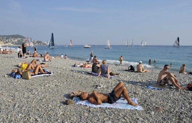 Des Niçois profitent de la chaleur exceptionnelle sur une plage, le 30 septembre 2011.