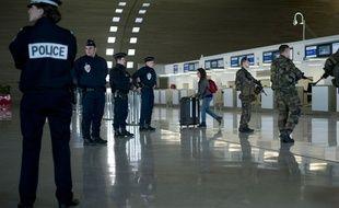Policiers et militaire à l'aéroport Charles de Gaulle.
