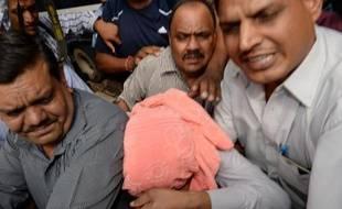 La presse indienne réagissait dimanche avec colère à la condamnation à trois années de prison d'un adolescent pour sa participation au viol collectif d'une étudiante à New Delhi, tandis que l'opposition réclamait un durcissement des sanctions pour les mineurs.