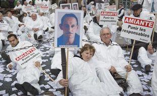 Rassemblement des victimes de l'amiante et de l'association Andeva  contre l'abandon des poursuites dans le cadre du procès de l'amiante en  France devant le Pôle Santé à Paris le 6 novembre 2013.