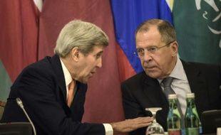 Le secrétaire d'Etat américain John Kerry (g) et son homologue russe Sergueï Lavrov, le 30 octobre 2015 à Vienne lors des discussions sur le conflit syrien