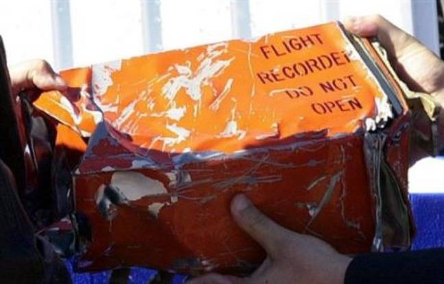 ead5cad186fe 648x415 officiels-egyptiens-montrent-boite-noire-retrouvee-apres-accident-avion-charm-el-cheikh-egypte-fait-148-morts-janvier-2004.jpg