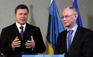 L'UE a paraphé vendredi un important accord d'association avec l'Ukraine après plusieurs mois de brouille, un geste destiné à éviter que Kiev ne se tourne trop vers Moscou même si le réchauffement concret des relations reste conditionné au sort de l'opposante Ioulia Timochenko.