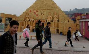 La copie d'une pyramide dans un parc à thème de Chongqing, en Chine, le 21 février 2014
