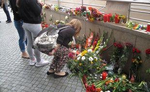 Des Munichois rendent hommage aux victimes au lendemain de la fusillade qui a fait au moins 9 morts dans le centre commercial Olympia, le 23 juillet 2016 à Munich.