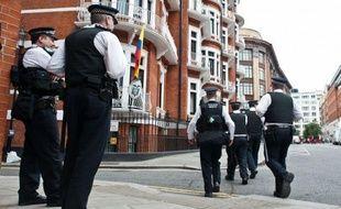 """""""Il n'y a dans cette affaire aucune menace d'un assaut de l'ambassade"""", a déclaré le ministre britannique des Affaires étrangères William Hague, soulignant au contraire que le dénouement du cas Assange pourrait prendre """"un temps considérable""""."""