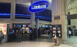 Dans le hall de l'UGC Ciné Cité Les Halles, le lundi 22 juin 2020, le jour de la réouverture des cinémas après 100 jours de fermeture en raison de la crise du coronavirus.