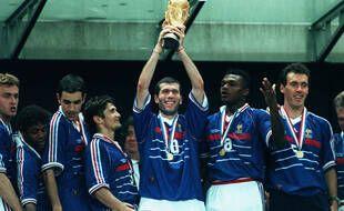Zinédine Zidane soulevant la Coupe du monde de football, au Stade de France le 12 juillet 1998.