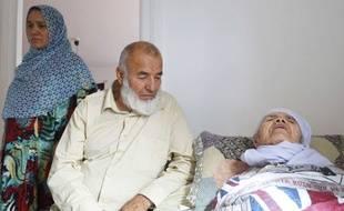 Bibihal Uzbekin, une réfugiée afghane de 106 ans, avec sa famille.