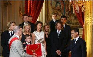 Une page de la Vè République s'est tournée mercredi avec le départ de l'Elysée de Jacques Chirac au bout de douze ans de mandat, et la prise de fonctions de son héritier rebelle Nicolas Sarkozy, élu le 6 mai à la tête de l'Etat.