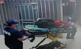 Image extraite de la vidéosurveillance montrant deux agents sortant le corps de Sandra Bland de sa cellule.