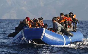 Des migrants sur un canot entre le Turquie et la Grèce