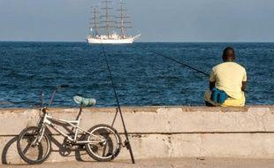 Un Cubain pêche dans le port de La Havane le 1er juillet 2014