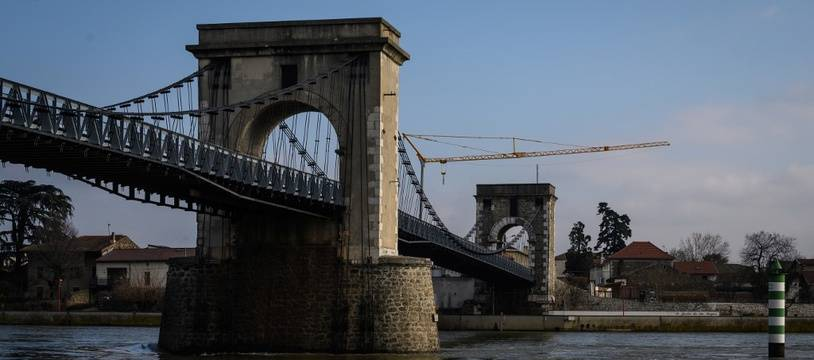 Le pont relie les départrements de la Drôme et de l'Ardèche.