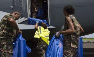 Des militaires viennent aux aides aux sinistrés de Saint-Martin.