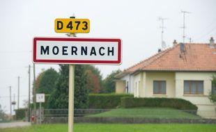 Moernach, le 4 septembre 2014. Photo prise du panneau du village où un adolescent aurait tué sa soeur et poignardé son frère.