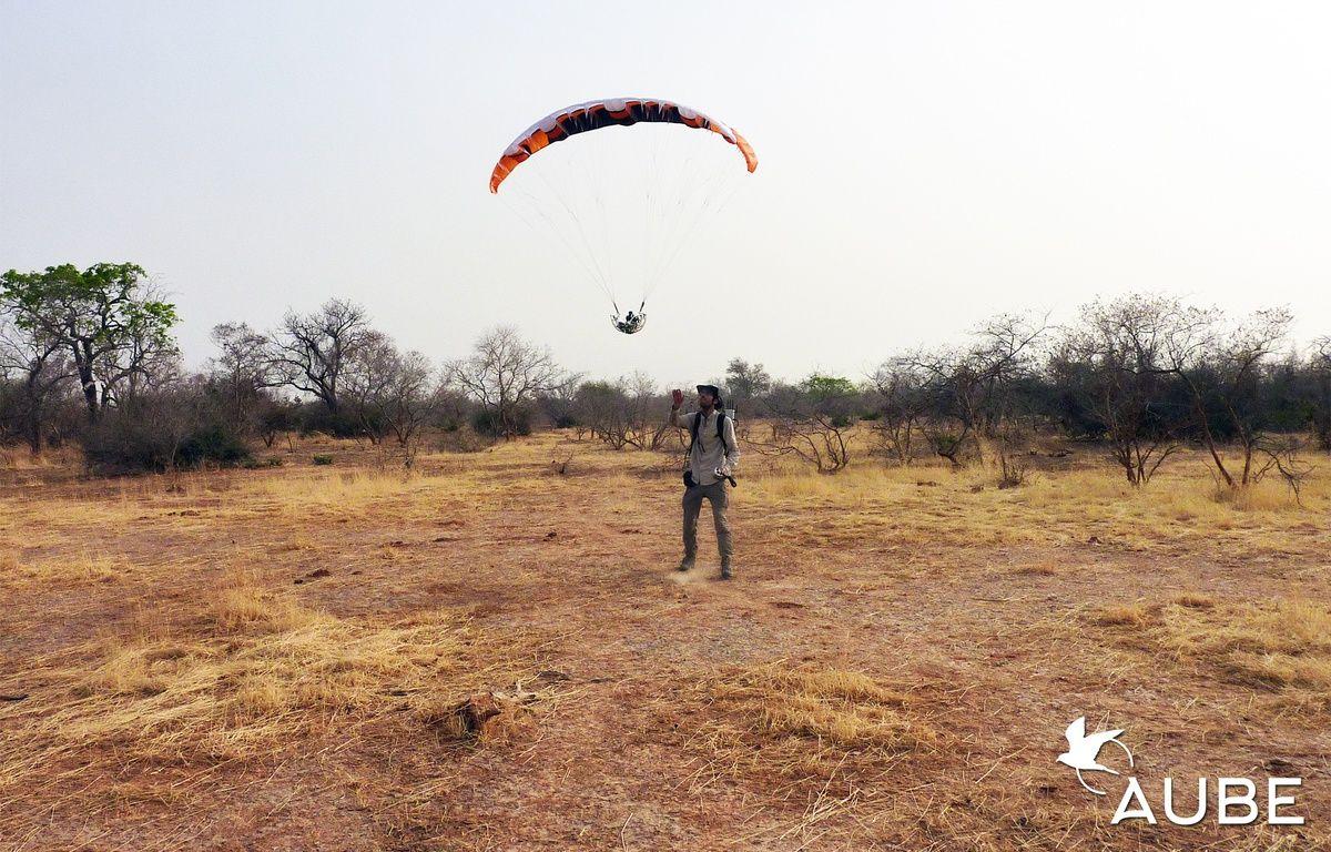 Julien Lerch en plein test de son drone en milieu sauvage, dans un territoire du Niger, en Afrique. – Julien Lerch / Ihmati.