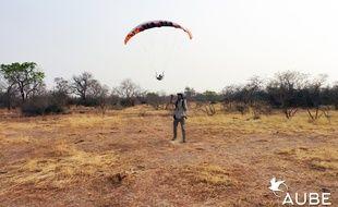 Julien Lerch en plein test de son drone en milieu sauvage, dans un territoire du Niger, en Afrique.