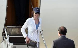 L'ex-otage au Yémen Isabelle Prime accueillie par le président François Hollande sur la base militaire de Villacoublay, près de Paris, le 7 août 2015