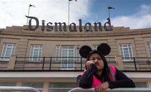 Une employée à l'entrée de Dismaland, le parc d'attractions de Banksy qui parodie Disney