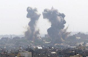 La fumée monte après une frappe des forces israéliennes dans la ville de Gaza, le 11mai 2021.