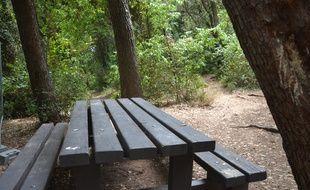 Une table de pique-nique au parc Méric à Montpellier