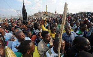 Le groupe minier Lonmin a indiqué dimanche espérer que davantage d'employés reprennent le travail lundi dans sa mine de platine de Marikana, au nord de l'Afrique du Sud, alors que les pourparlers se poursuivent pour trouver une solution durable au conflit, qui a fait 44 morts.