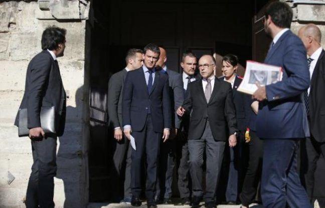 Le Premier ministre, Manuel Valls et le ministre de l'Intérieur, Bernard Cazeneuve, sortent d'une église à Villejuif, probable cible de Sid Ahmed Ghlam, un islamiste de 24 ans, le 22 avril 2015