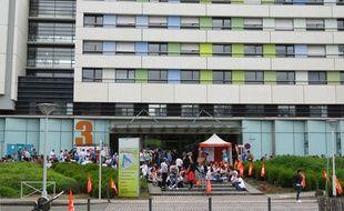 Salariés grévistes devant les locaux de la clinique Confluent à Nantes.