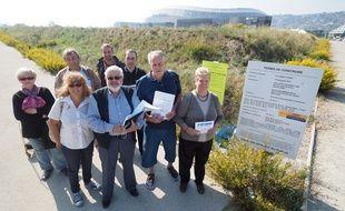 Des opposants au projet, réunis mercredi devant le terrain de Nice-ouest