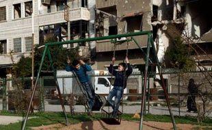 Des enfants sur une balançoire le 27 février 2016 à Douma au premier jour de la trève en Syrie
