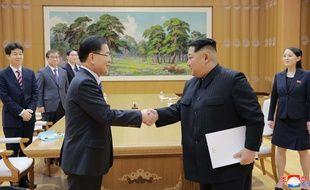 Le dirigeant nord-coréen Kim Jong-un (à dr.) serre la main du conseiller du président sud-coréen à la sécurité nationale, Chung Eui-Yong, à Pyongyang le 5 mars 2018.