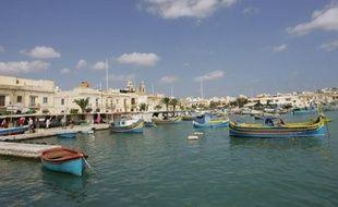Le corps d'un homme, après ceux de deux femmes, a été retrouvé en mer près de Malte, où cinq touristes français -- deux hommes, deux femmes et un adolescent -- sont portés disparus depuis dimanche soir, a indiqué mercredi le quotidien Malta Today.